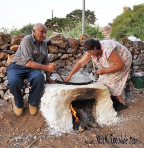 O Δημήτρης και Μαίρη Παπαγεωργίου επιδεικνύουν τον τρόπο κατασκευής της σιτάκας στη γιορτή