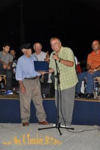 O πρόεδρος της Ο.Δ.Σ. Α-Π. απονέμει την τιμητική πλακέτα στον Γ.Νικολάκη - Λιόντα