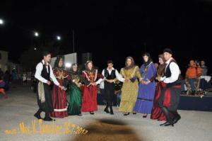 Το χορευτικό συγκρότημα Αρβανιτοχώριου χορεύοντας τον ζερβό.