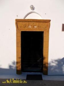 Το ανώφλι στην είσοδο της εκκλησιάς με την ένδειξη, 1890...
