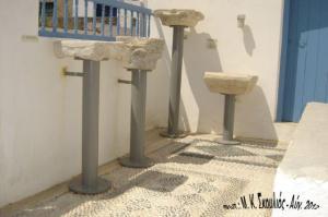 Τμήματα αρχαίων κιόνων που εκτίθενται στην είσοδο του Μουσείου της Κάσου