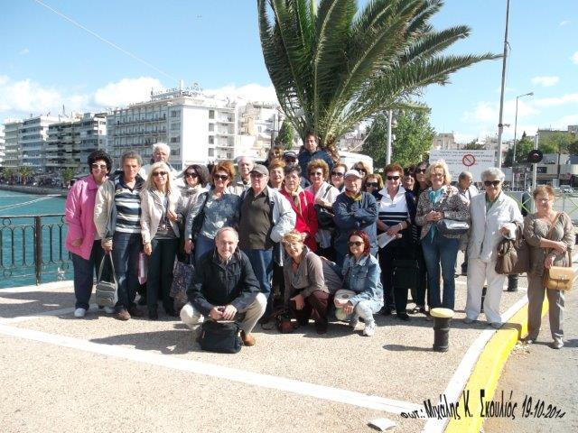 Αναμνηστική φωτογραφία με τους εκδρομείς στην  παλιά κινητή γέφυρα της Χαλκίδας