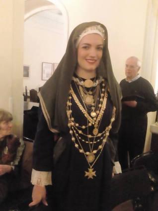 """Η Κωνσταντίνα Τζιράρκα-Κελέκη με τα φημισμένα κοσμήματα της """"κανακαράς"""""""