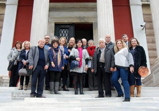 Αναμνηστική φωτογραφία στην είσοδο του μεγάρου της Παλαιάς Βουλής, μετά το πέρας της εκδήλωσης για τα 20 Χρόνια του Ι.τ.Ε.Μ.
