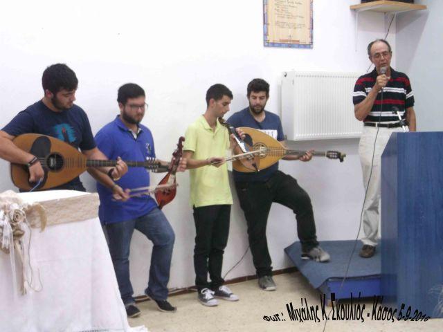 Όμιλος νέων μουσικών ευχαριστεί με μαντινάδες τον Pierre Mutin